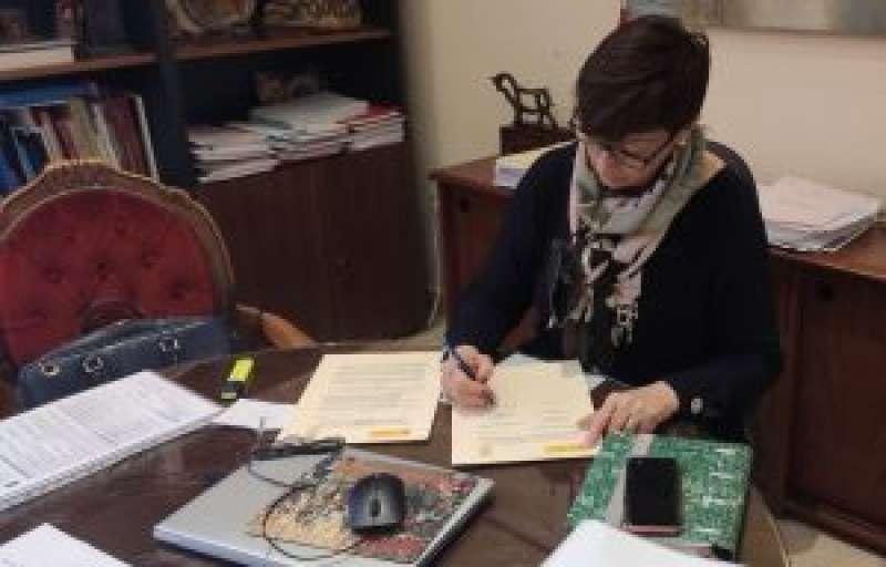 La alcaldesa de Segorbe firmando la renovación del convenio