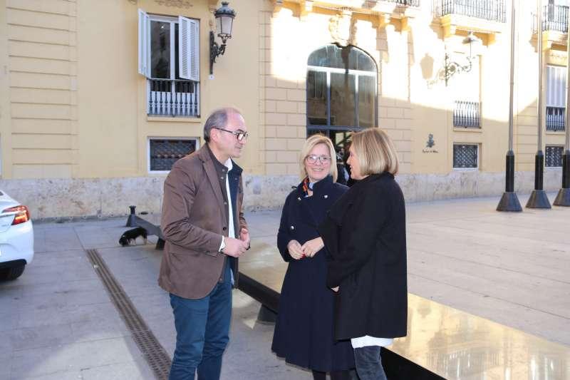 Segarra, Contelles i Verdevío conversen a les portes de la Diputació de València. / epda