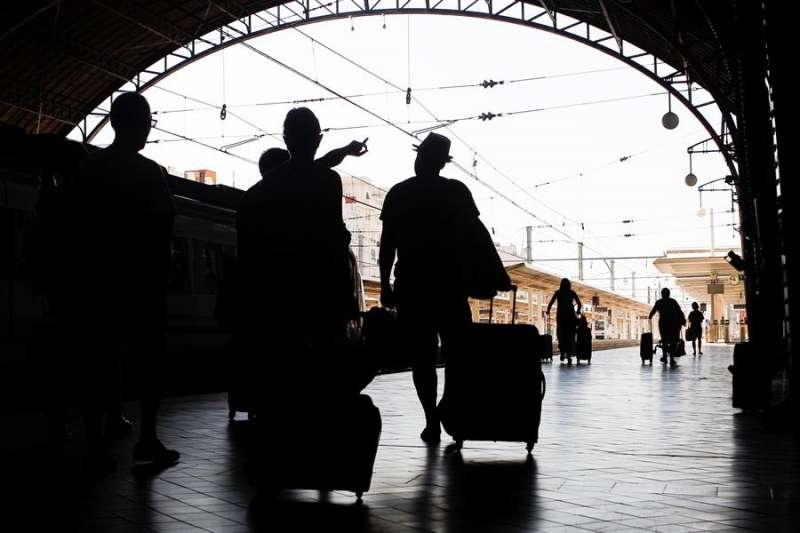 En la foto, varias personas en la Estación del Norte de Valencia. -EFE