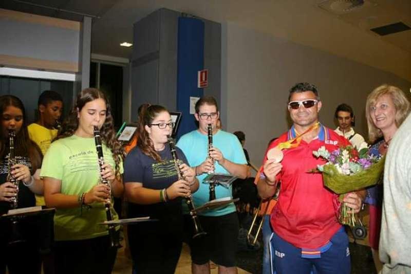 David Casinos a su llegada al aeropuerto, recibido por la UMM