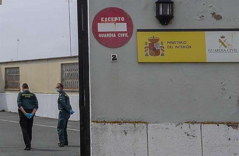 Dos agentes de la Guardia Civil en la zona de entrada a un cuartel. EFE/Archivo