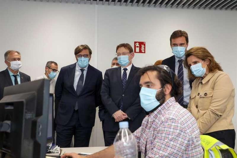 Ximo Puig, visita junto a la vicepresidenta y ministra para la Transición Ecológica, Teresa Ribera, las instalaciones de la empresa Power Electronics.EFE