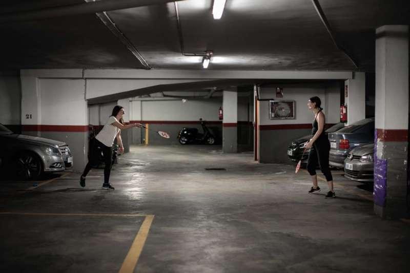 Jugar al tenis en un garaje comunitario, hacer tablas de gimnasia o correr en la azotea son casos aislados de incumplimiento de las restricciones impuestas por el estado de alarma. EFE/ Biel Aliño