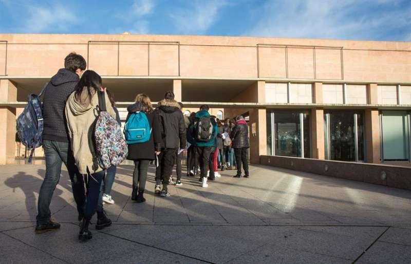 Varios alumnos acuden a un instituto. EFE