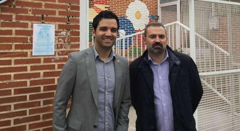 Sagredo y Mora a las puertas de un centro educativo. epda