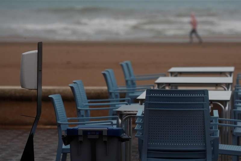 En la imagen, una mesa preparada en una terraza de la playa de la Malvarrosa de Val�ncia en un d�a en que amenaza lluvia.
