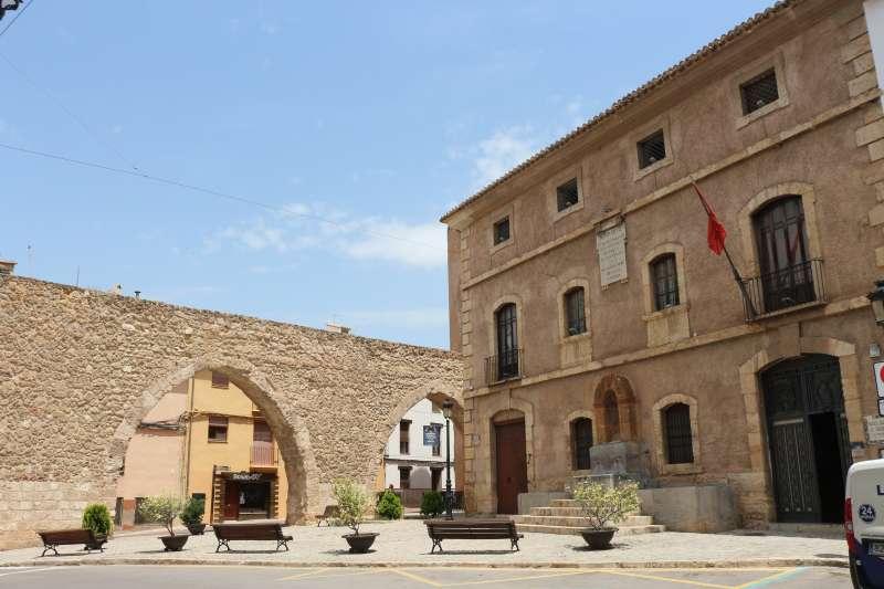 Museo Municipal de Arqueología y Etnología junto al acueducto