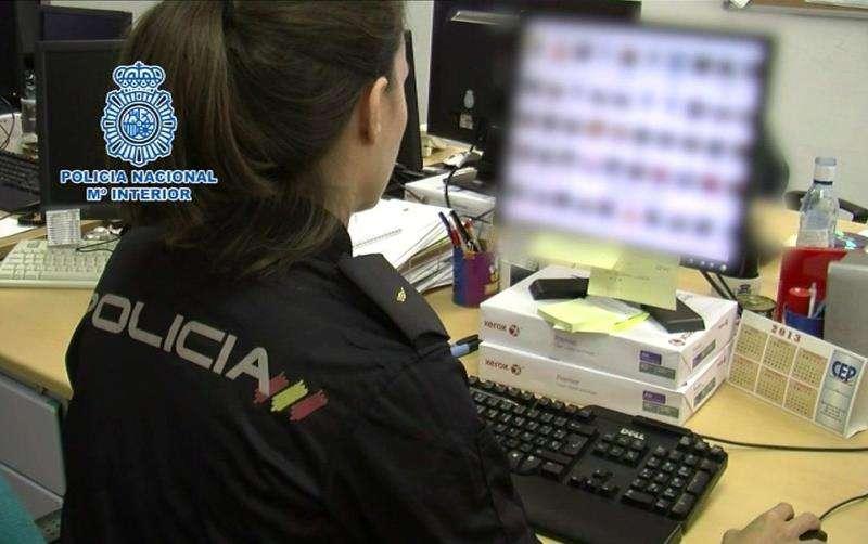 Un agente en una operación policial contra la estafa en internet. EFE/Archivo