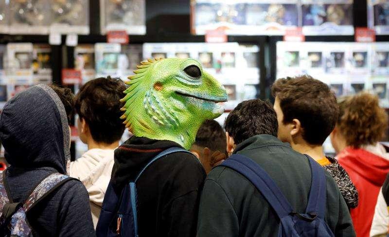 Un joven con cabeza de lagarto recorre la Heroes Comic Con Valencia, que este fin de semana busca revalidar el enorme éxito de su primera edición con docenas de autores de renombre mundial y el gancho emocional de series como