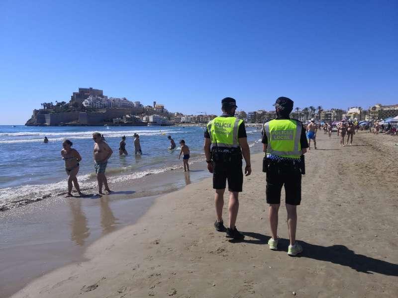 Policía Local vigilando la playa de Peñíscola./PDA