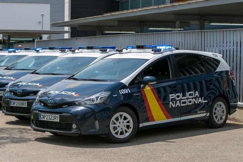 Unos vehículos de la Policía Nacional. EFE/Archivo