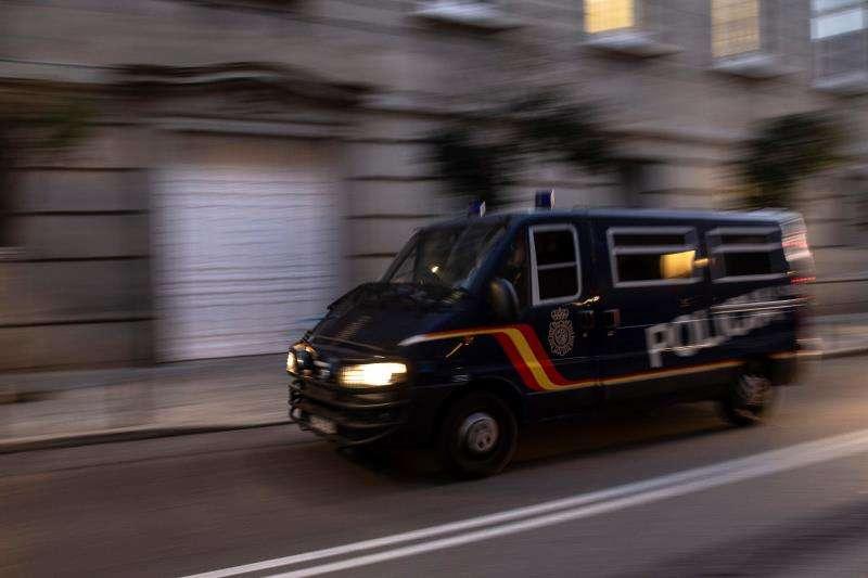 Furgón policial con traslado de detenido. EFE/Archivo