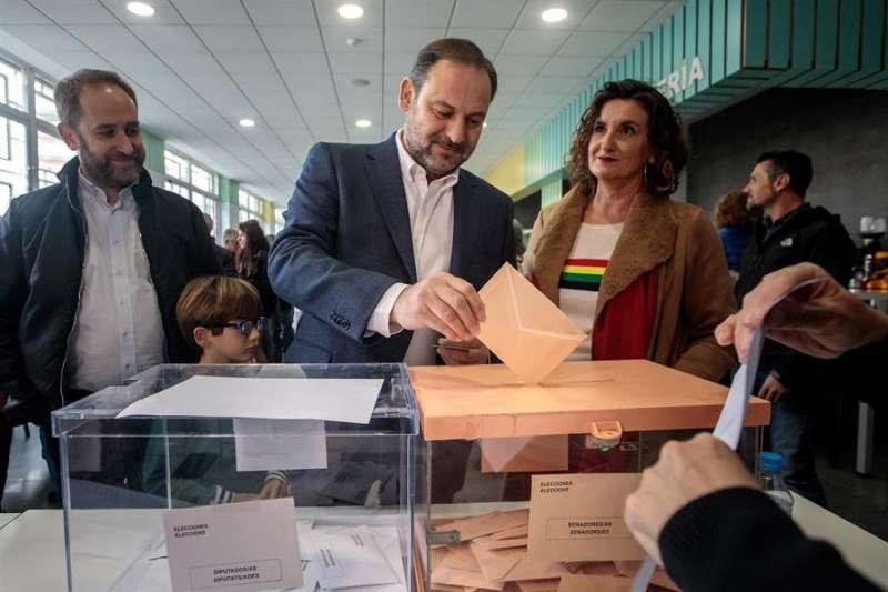 El cabeza de lista del PSOE por Valencia y ministro de Fomento en funciones, José Luis Ábalos, ejerce su derecho al voto en su colegio electoral de València. Junto a él, la Caballero. EFE/Biel Aliño