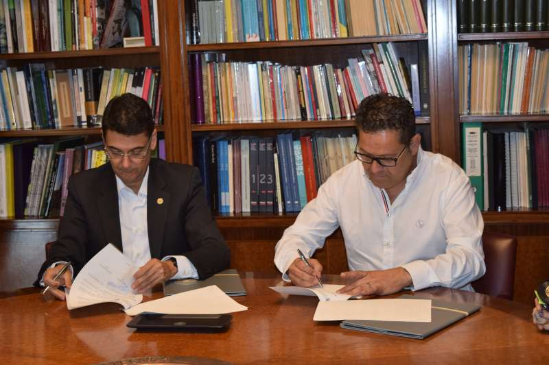 El rector de la Universidad Politécnica de Valencia Francisco José Mora y el alcalde de Sedaví José Francisco Cabanes firman el acuerdo. EPDA