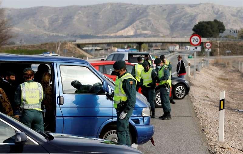 Control de la Guardia Civil en la entrada de Alicante. EFE