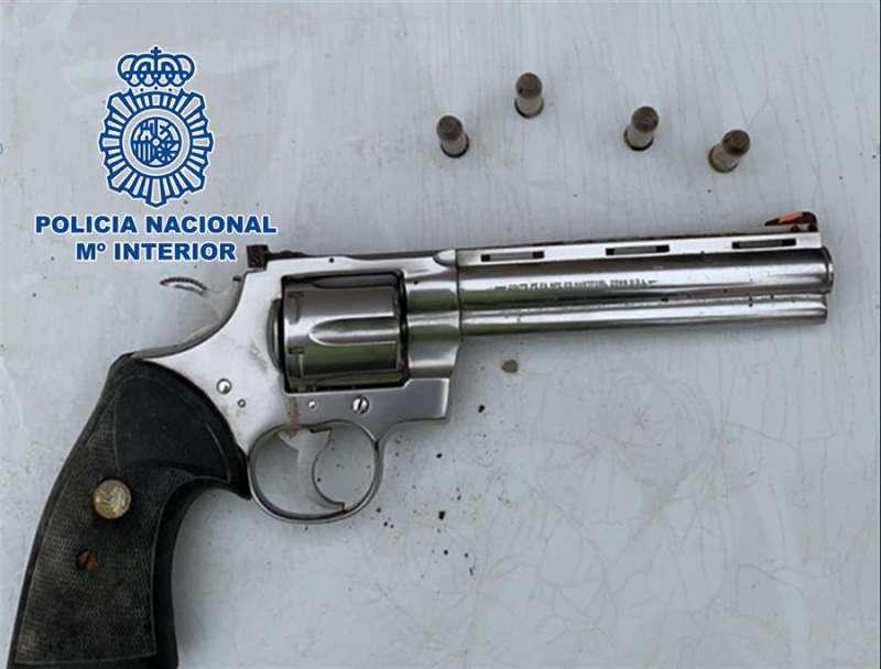 Arma intervenida al criminal, en una imagen distribuida por Policía Nacional.
