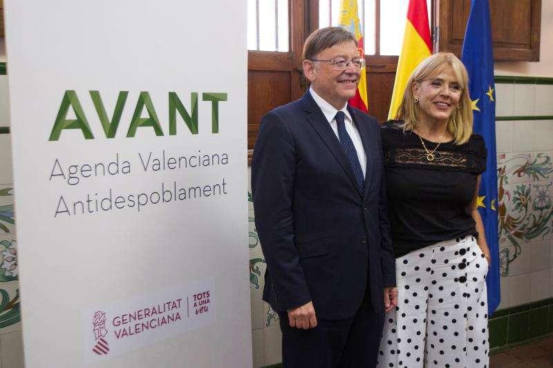 El presidente de la Generalitat, Ximo Puig, junto a la directora general de la Agencia Valenciana Antidespoblamiento, Jeanette Segarra. EFE