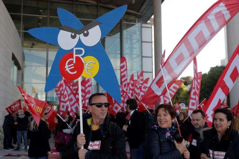 Momento de la protesta de los sindicatos contra el ERE de CaixaBank, esta mañana en València. EFE/Kai Försterling