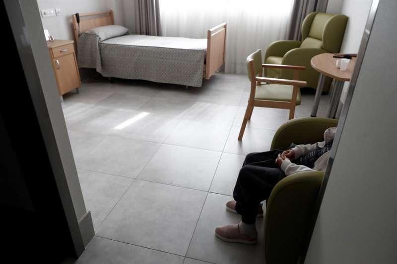 Una anciana descansa en su habitación de la residencia. EFE/Mariscal/Archivo