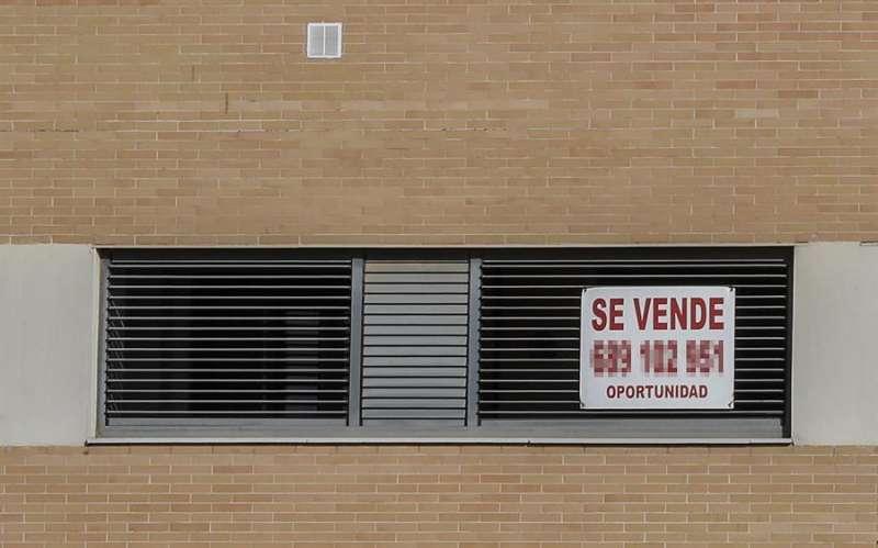 Un cartel anuncia la venta de una vivienda. EFE/José Manuel Vidal/Archivo