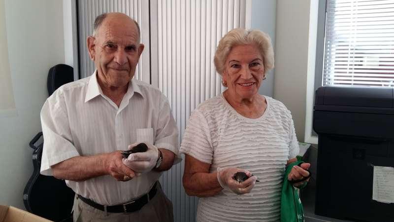Dos personas que han adoptado un pajarito
