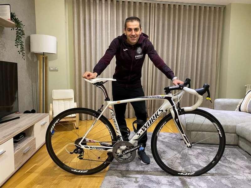 El defensa del Villarreal, Rubén Peña, ha logrado ganar la subasta solidaria de una de las bicicletas de Alberto Contador, concretamente con la que el ciclista ganó el Giro de Italia de 2011.EFE