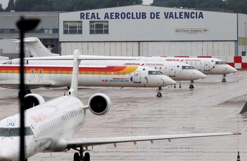 Aviones de Air Nostrum en el aeropuerto de Manises. EFE