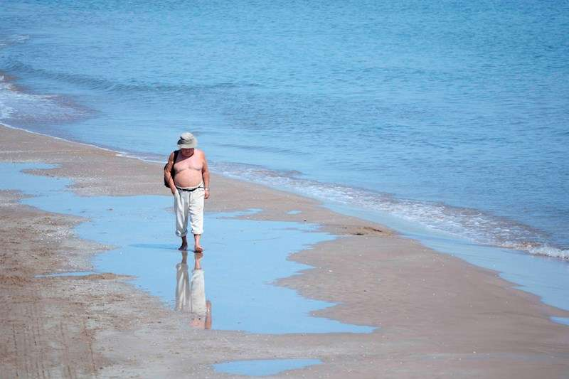 Una persona pasea, este lunes, por la orilla de la playa de la Malvarrosa de Valéncia. EFE