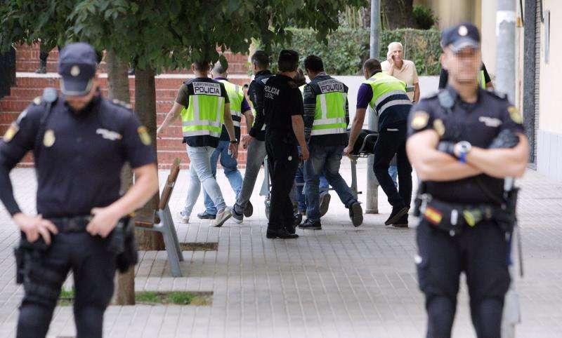 Agentes de la Policía Nacional durante la investigación de una muerte violenta en la Comunitat. EFE/Archivo