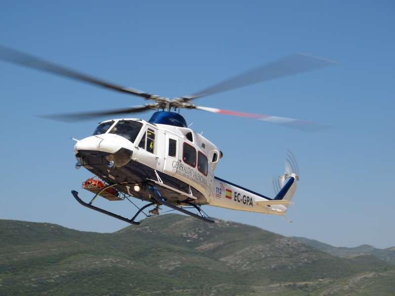 Uno de los helicópteros con una persona rescatada.