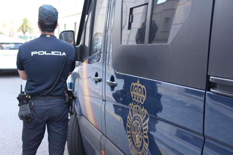 Un agente junto al furgón policial, en el barrio de Ruzafa. / EPDA