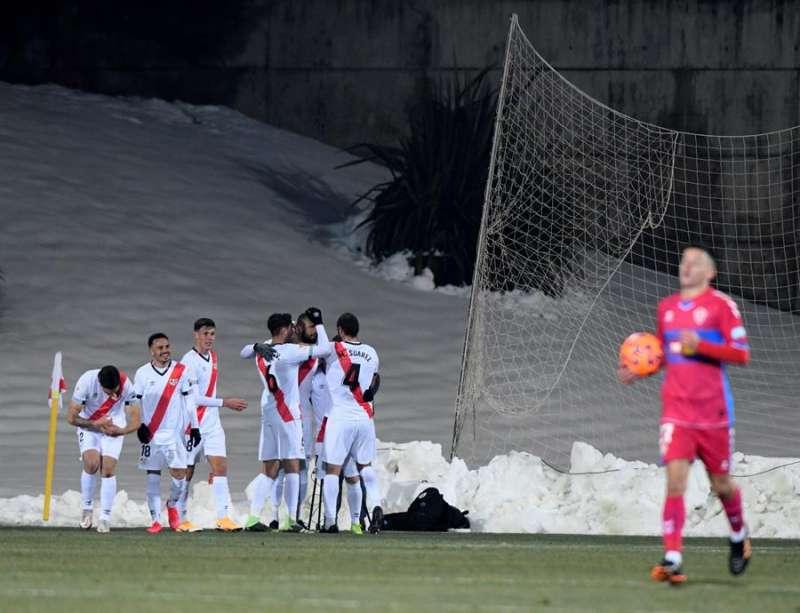 Los jugadores del Rayo Vallecano celebran el primer gol ante el Elche, durante el partido de Copa del Rey disputado en la Ciudad del Fútbol de Las Rozas. EFE/Víctor Lerena