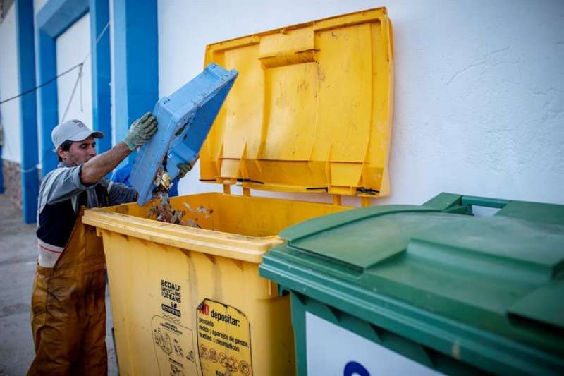 Un pescador tira residuos al contenedor correspondiente, en una imagen compartida por COINCOPESCA.