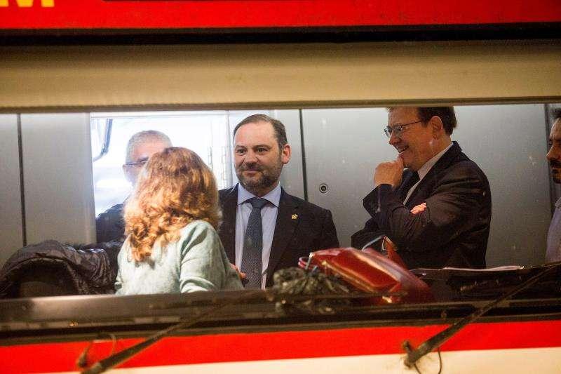 El ministro de Fomento, José Luis Ábalos, acompañado por el president de la Generalitat, Ximo Puig, durante la presentación de la ampliación de la oferta de trenes entre Castellón y Vinaròs. EFE/Archivo