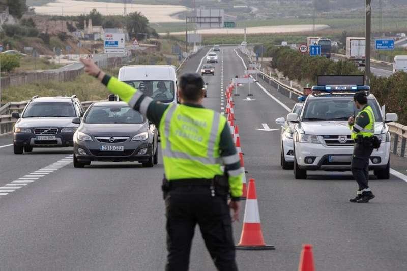 Agentes de la guardia civil realizan un control de tráfico. EFE/Archivo