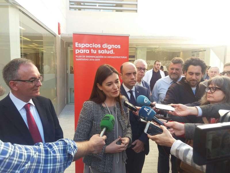 La Consellera Carmen Montón atiende a los medios de comunicación.