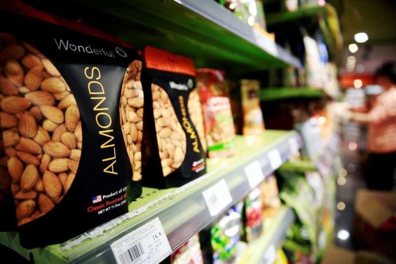 Varias bolsas de almendras puestas a la venta en un supermercado. EFE/Archivo