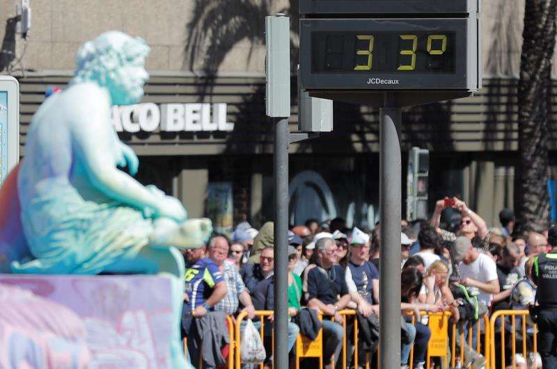Un termómetro marca 33 grados justo antes de la mascletà del domingo. EFE