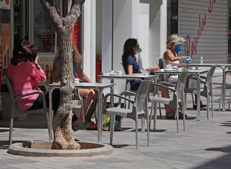 Varias personas consumen en la terraza de un local de Benidorm (Alicante), en una imagen de archivo. EFE/MORELL