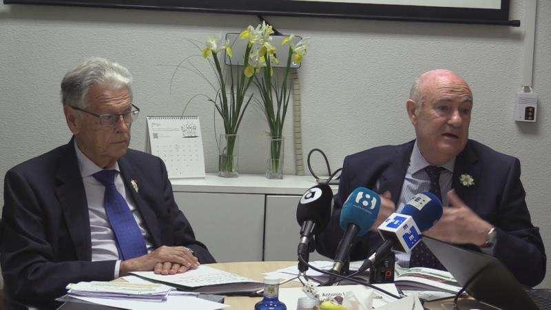 Tomás Trenor (i), presidente de la Asociación Española Contra el Cáncer (AECC) en Valencia v el doctor Antonio Llombart, vicepresidente de la entidad, durante la rueda de prensa. EFE