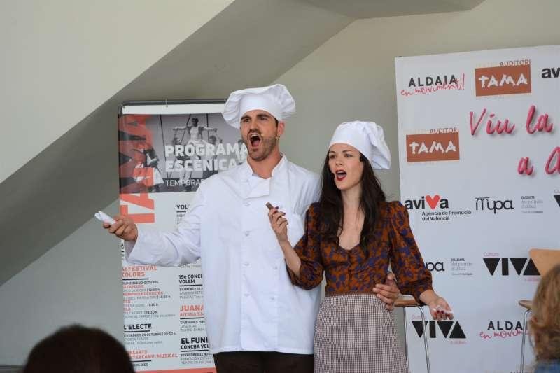 Els cantants Pascual Andreu i Saray García en la presentació de la programació del TAMA. EPDA