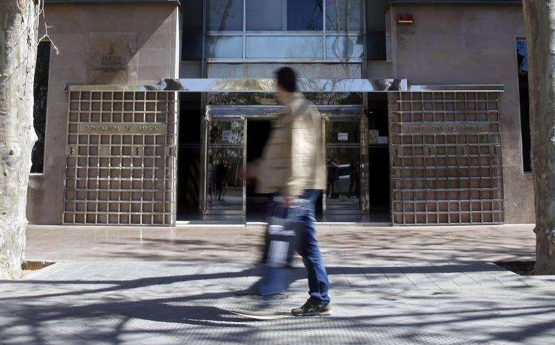 Un hombre pasa ante la sede de la Conselleria de Sanidad. EFE/Archivo