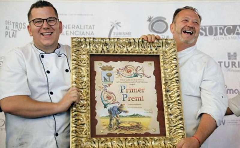 Jordi y Raúl Magraner, del restaurante Bon Aire, ganadores del Concurso de Paella de Sueca. FOTO EFE