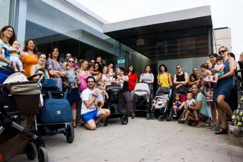 Madres concentradas frente al SEPE de Catarroja, el pasado 21 de julio. EPDA