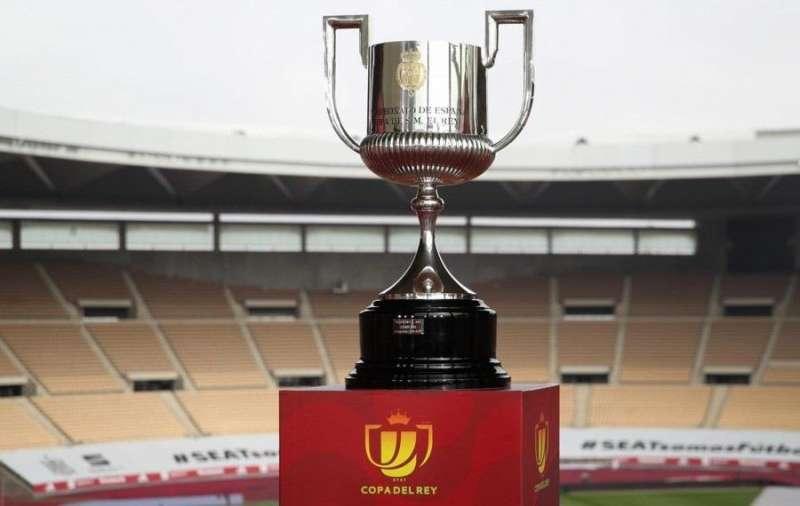 El trofeo de la Copa del Rey en el estadio de La Cartuja en Sevilla. Foto de la RFEF.
