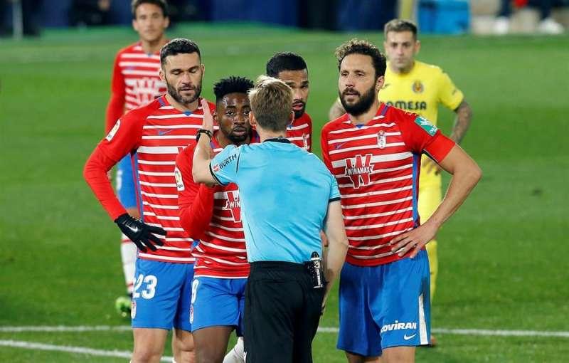 El árbitro Pizarro Gómez saca tarjeta roja directa al camerunés Yan Brice, del Granada, durante el partido de Liga en Primera División que disputaron frente al Villarreal. DOMENECH CASTELLÓ