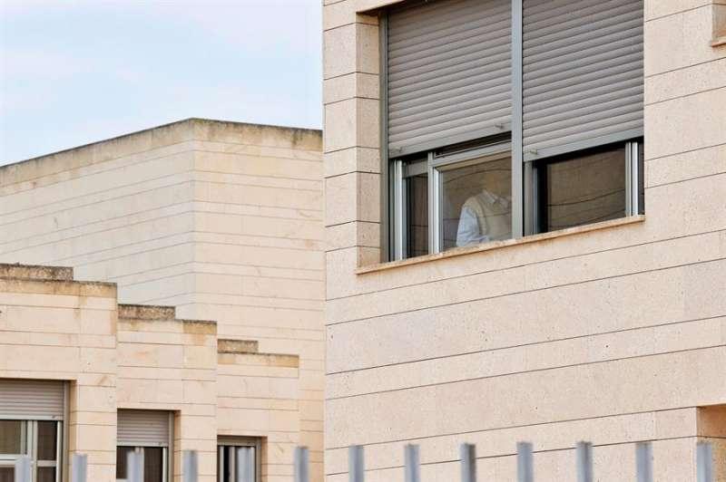 Un anciano permanece junto a la ventana en la residencia de mayores. EFE