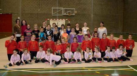 Las gimnastas realizaron exhibiciones individuales según edades, para finalizar el campeonato con una exhibición grupal. FOTO: EPDA.