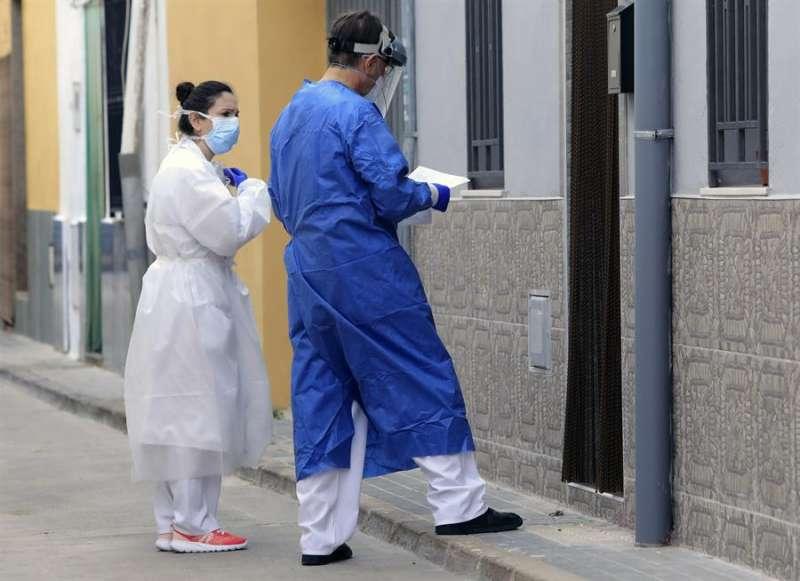 Dos sanitarios se dirigen a visitar a un paciente a domicilio en la localidad castellonense de Almassora. EFE/Archivo Domenech Castelló.