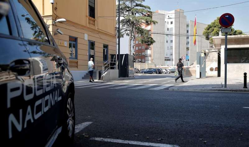 Una cámara de televisión graba los accesos a la comisaría de la Policía Nacional de Zapadores en València. EFE/Manuel Bruque/Archivo